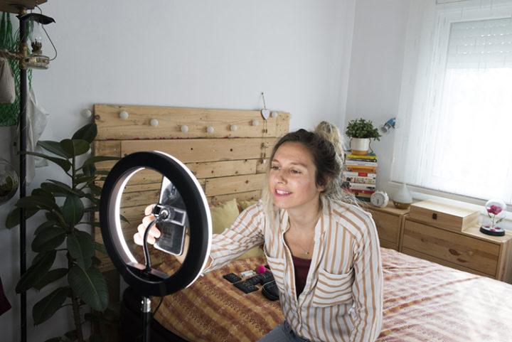 Chica con móvil y anillo de luz